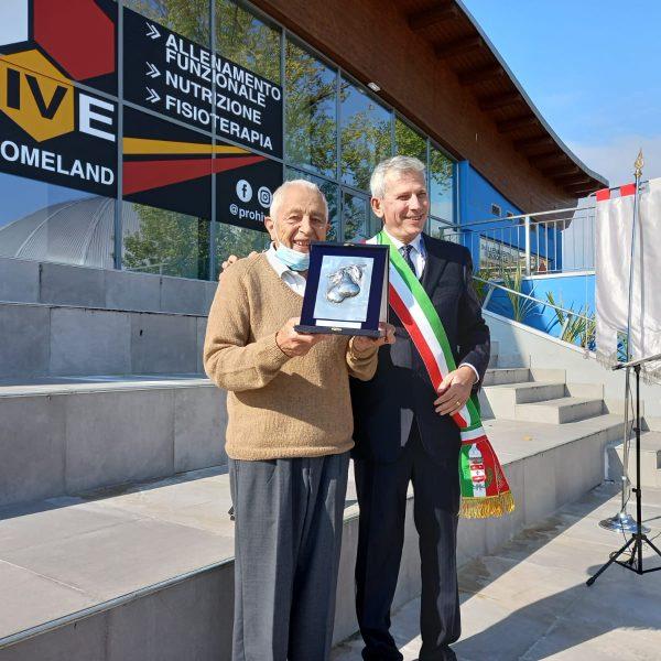 Aldo Luzzato riceve il Perin d'Or dal sindaco Curzio Rusnati