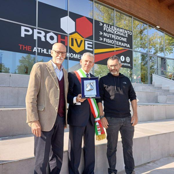 Leonardo Scaglioni e Alessandro Murè, in appresentanza di tutti i volontari della biblioteca ricevono il Perin d'Or dal Sindaco Curzio Rusnati